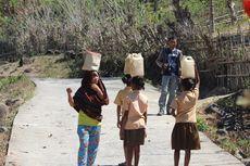 Kisah Siswa SD di Flores Pikul Jeriken Isi 5 Liter Air Tiap Hari, Bangun Lebih Pagi hingga Jalan Kaki 5 Km