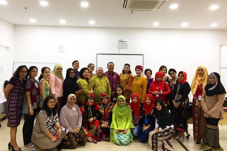 Foto Bersama Duta Besar Indonesia untuk Singapura, I Gede Ngurah Swajaya (tengah belakang), dengan Pengurus FKMIS, perwakilan komunitas, serta masyarakat Indonesia di Singapura di pembukaan FKMIS Centre, Minggu (28/10/2018). (Kompas.com/ERICSSEN)