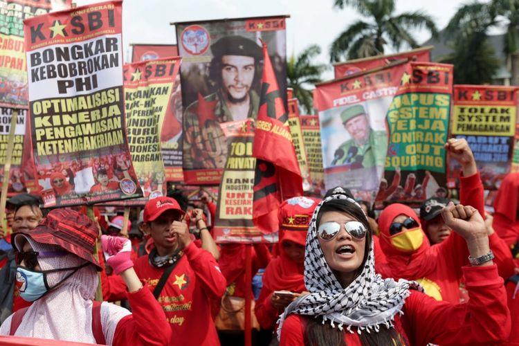 Buruh melakukan unjuk rasa di seputar bundaran Bank Indonesia, Jakarta, memperingati Hari Buruh Sedunia, Senin (1/5/2017). Aksi buruh serentak dilakukan di seluruh wilayah di Indonesia menuntut agar pemerintah menghapuskan sistem outsourcing, magang dan upah layak. KOMPAS IMAGES/KRISTIANTO PURNOMO