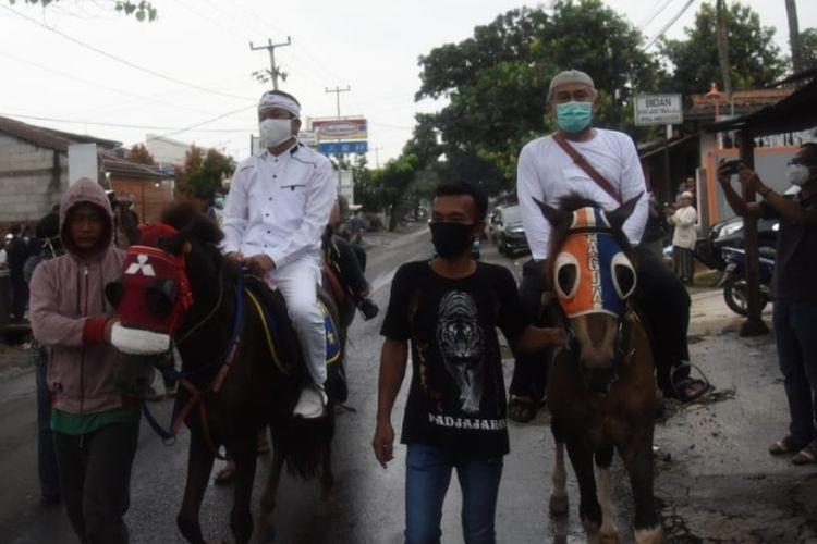 Anggota DPR RI Dedi Mulyadi menunggani kuda bersama pasien Covid-19 yang dinyatakan sembuh