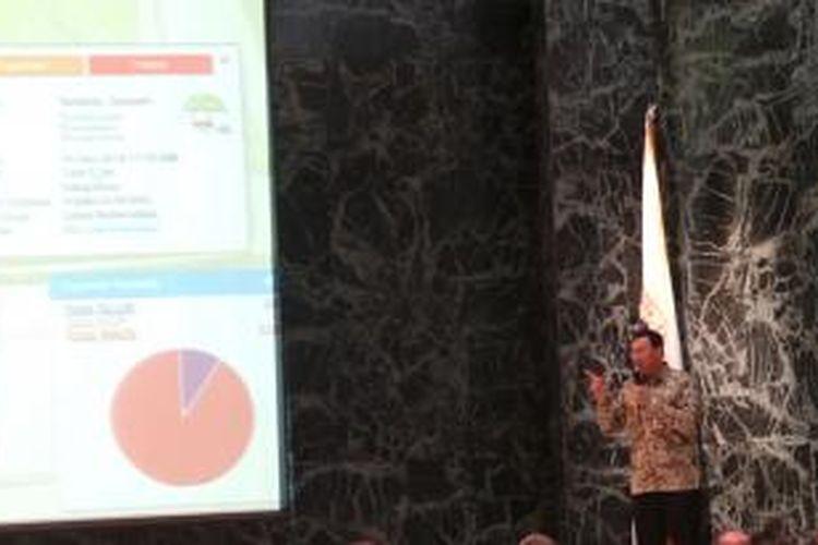 Gubernur DKI Jakarta Basuki Tjahaja Purnama saat meluncurkan aplikasi Smart City, di Balaikota, Jakarta, Senin (15/12/2014).