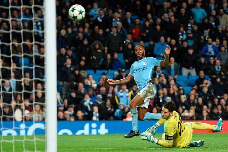 Raheem Sterling mencetak gol ke gawang Brad Jones pada pertandingan Liga Champions antara Manchester City dan Feyenoord di Stadion Etihad, Selasa (21/11/2017).