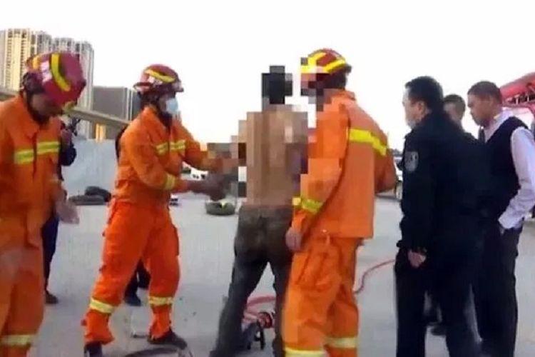 Petugas pemadam kebakaran dan pihak berwenang di Kunming, China, mengeluarkan seorang petugas sampah yang terperangkap selama tiga hari di saluran pembuangan. Dia selamat setelah seorang sopir melihat jari dan mendengar teriakannya.
