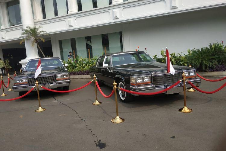 Istana Kepresidenan Jakarta memajang dua mobil era Presiden ke-2 Soeharto, sedan Cadillac tipe Fleetwood Brougham keluaran tahun 1980.