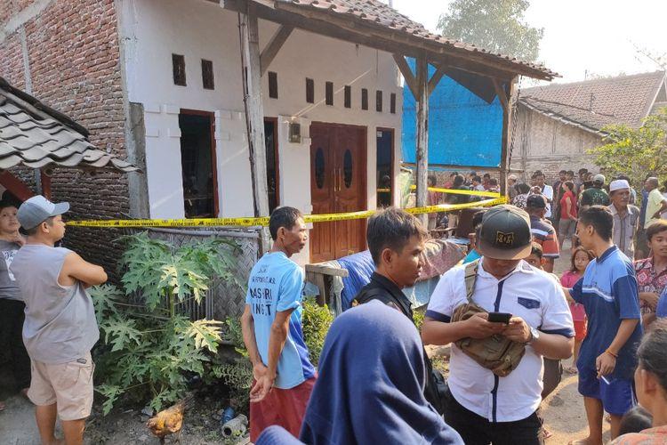 Warga berkerumun di sekitar kediaman orang tua Fitri Diana yang sedang diperiksa polisi  di RT 7, RW 2 Desa Sitanggal, Kecamatan Larangan, Kabupaten Brebes, Jawa Tengah, Kamis (10/10/2019)