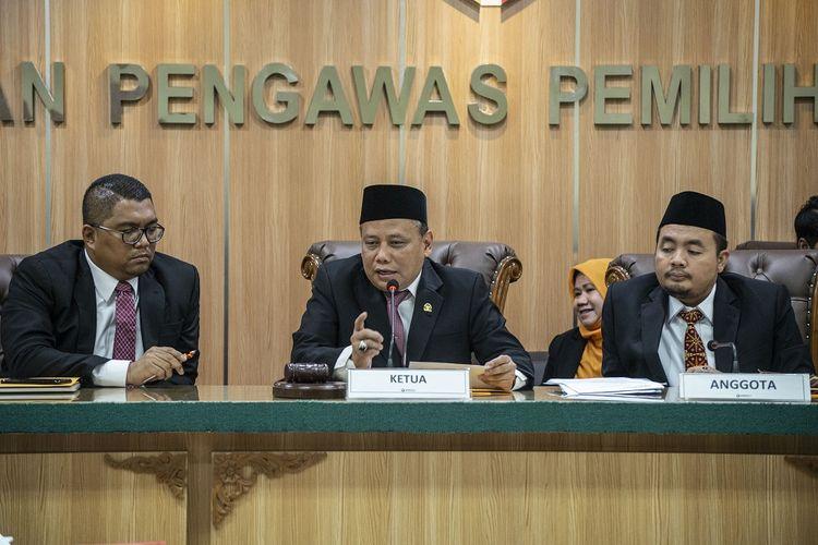 Ketua Badan Pengawas Pemilihan Umum (Bawaslu) Abhan (tengah) bersama anggota Bawaslu Mochammad Afifuddin (kanan), dan Fritz Edward Siregar (kiri) memimpin sidang lanjutan dugaan pelangggaran administrasi terkait pencalonan Oesman Sapta Odang alias Oso sebagai anggota DPD, di Kantor Bawaslu, Jakarta, Rabu (2/1/2019). Sidang tersebut beragendakan penyampaian laporan dari Komisi Pemilihan Umum (KPU) selaku pihak terlapor. ANTARA FOTO/Aprillio Akbar/aww.