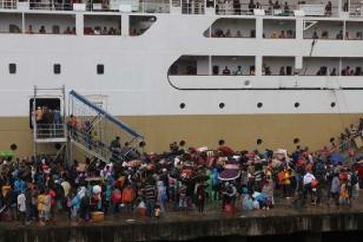 Pemudik memadati pelabuhan di Ambon.