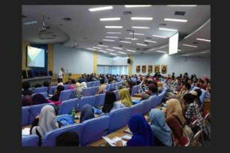 Direktur Nuffic Neso Indonesa, Marvin Bakker, tengah memberikan presentasi beasiswa StuNed di Gedung Rektorat Universitas Hasanuddin, Makassar, Kamis (13/11/2014).