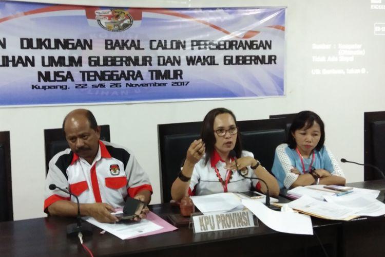 Ketua KPU Provinsi NTT Maryanti Luturmas Adoe (tengah), didampingi dua orang komisioner KPU NTT Yosafat Koli (kiri) dan Theresia Siti (kanan), saat memberikan keterangan pers kepada sejumlah wartawan di Kantor KPU Provinsi NTT, Senin (27/11/2017) dinihari
