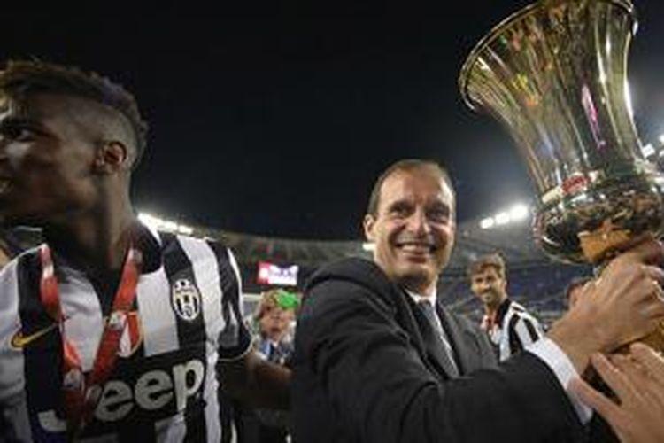 Paul Pogba dan Massimiliano Allegri bergembira dengan trofi Coppa Italia pertama mereka, Rabu (20/5/2015).