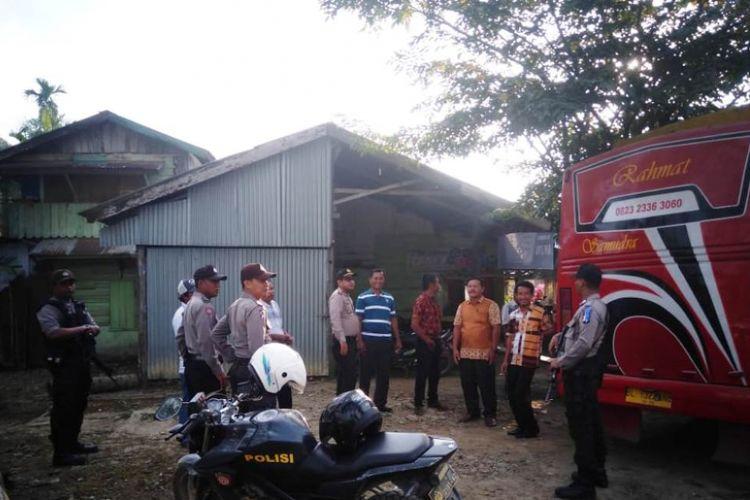 Polisi mengawal masyarakat di Desa Cot Girek, Kecamatan Cot Girek, Kabupaten Aceh Utara, Selasa (25/12/2018). Mereka mengikuti misa natal dari Aceh Utara ke Kota Lhokseumawe, sekitar satu jam perjalanan menggunakan bus.