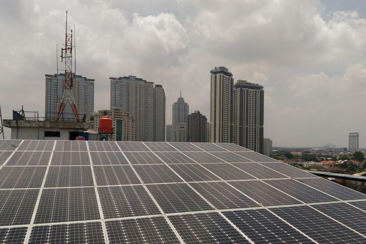 Panel surya dipasang di atap gedung Universitas Pertamina Jakarta yang menghasilkan daya 10 KWP