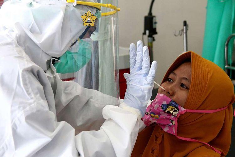 Warga dengan kategori orang dalam pemantauan (ODP) dan tenaga medis di wilayah Lampulo dan Kuta Alam mengikuti tes swab Covid-19 massal yang dipusatkan di Puskesmas Kuta Alam, Banda Aceh, Rabu (17/6/2020). Tes swab massal yang digelar gratis dan diikuti seratusan orang ini merupakan program Pemerintah Kota Banda Aceh bekerja sama dengan Universitas Syiah Kuala dalam upaya menekan penyebaran virus corona.