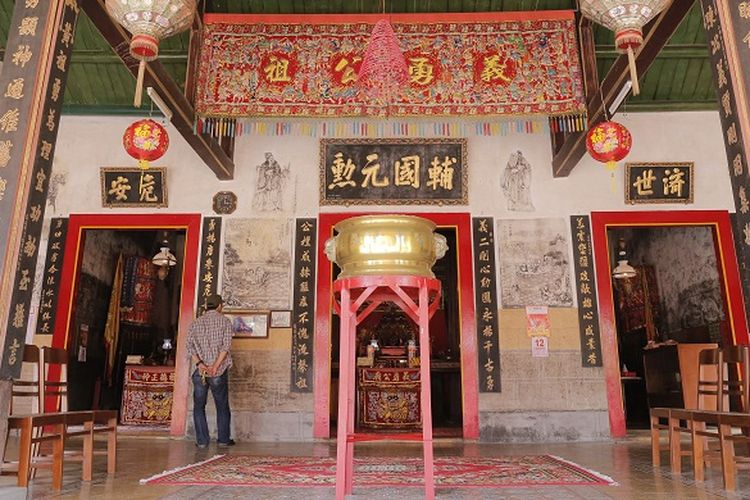 Pengunjung tengah melihat interiot Klenteng Gie Yong Bio yang terletak di Jalan Babagan No 7, Desa Babagan, Kecamatan Lasem. Atap bangunan Klenteng Gie Yong Bio berbentuk ekor walet. Dari luar, klenteng Gie Yong Bio punya gerbang pintu masuk yang berukirkan aksara China.