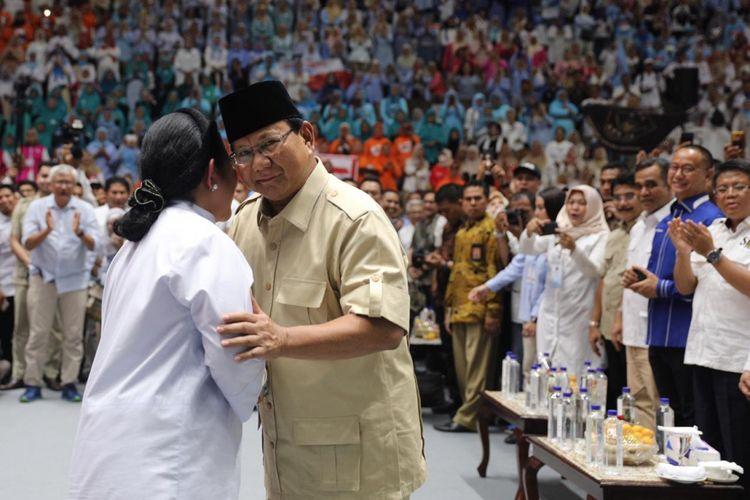 Prabowo Subianto dan Titiek Soeharto saling mencium pipi kanan dan kiri dalam acara pembekalan relawan Pilpres 2019 di Istora Senayan, Jakarta, Kamis (22/11/2018).