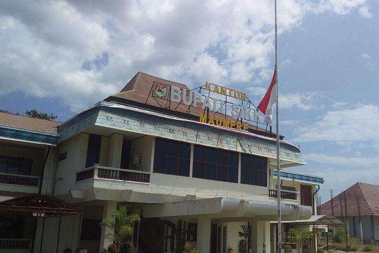 Bendera yang dikibarkan setengah tiang di halaman kantor Bupati Sikka, Flores, NTT, Kamis (12/9/2019).