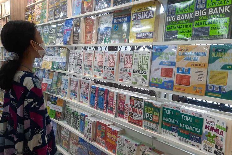 Salah seorang customer tengah memilih buku di Gramedia Purwakarta, Sabtu (27/3/2021).