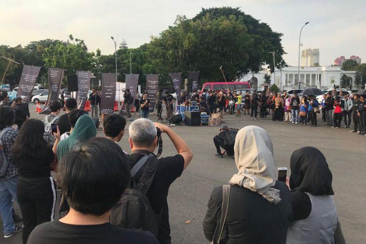 Suasana aksi ke-552 Kamisan di seberang Istana Presiden, Jakarta, Kamis (6/9/2018).