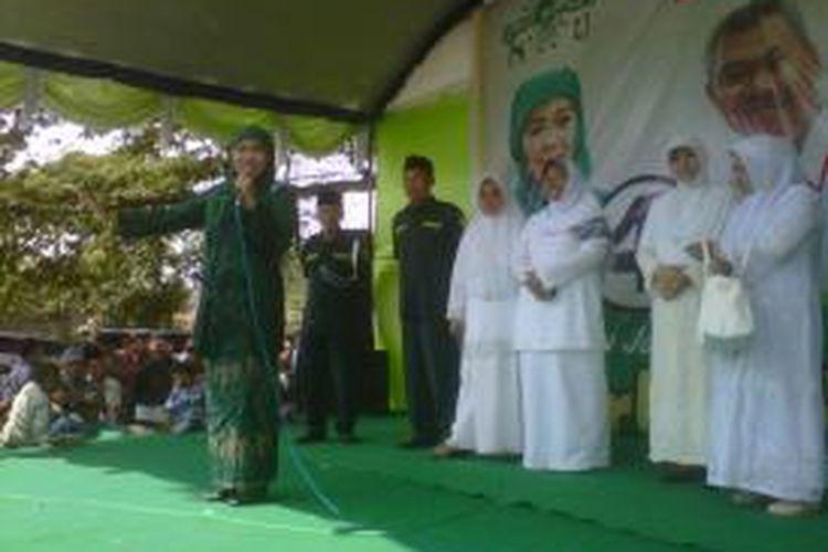 Khofifah Indar Parawansa, calon Gubernur Jawa Timur,  saat berkampanye di Lapangan Desa Kandat, Kecamatan Kandat, Kabupaten Kediri, Jawa Timur, Rabu (14/8/2013).