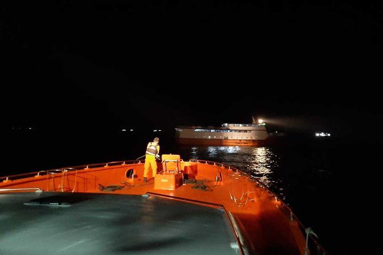 Kapal penumpang KM  Aksar 02 mengalami mati mesin di sekitar perairan Pulau Siompu, Kabupaten Buton Selatan, Sulawesi Tenggara, Rabu (26/8/2020) malam. 66 orang penumpang berhasil dievakuasi hingga ke pelabuhan Murhum Baubau, Kamis (26/8/2020) sekitar pukul 02.00 Wita.