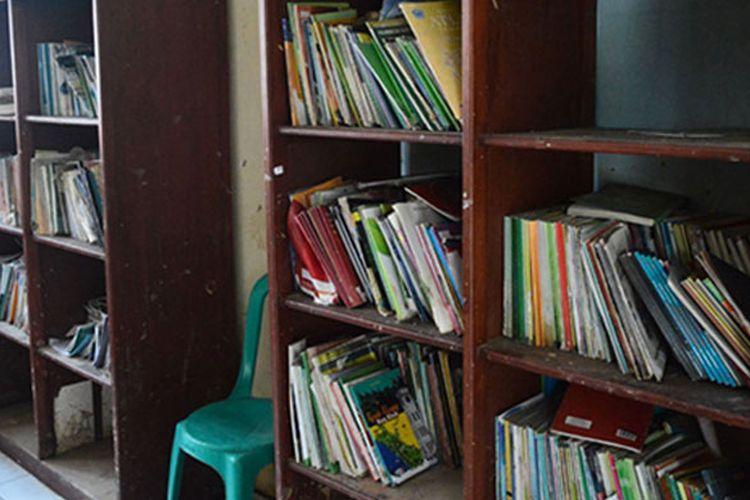 Potret Perpustakaan SDN 47 Manado (24/7) memanfaatkan ruang serbaguna untuk menyimpan koleksi buku bacaan bagi para siswa. Namun seiring perkembangan waktu, sebagian besar buku disimpan di pojok bacaan kelas agar tidak terancam dengan genangan air banjir.