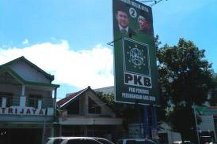 Foto KH Abdurrahman Wahid (Gus Dur)yang dipasang di salah atribut kampanye milik PKB Jember, Jawa Timur, Kamis (16/1/2014)