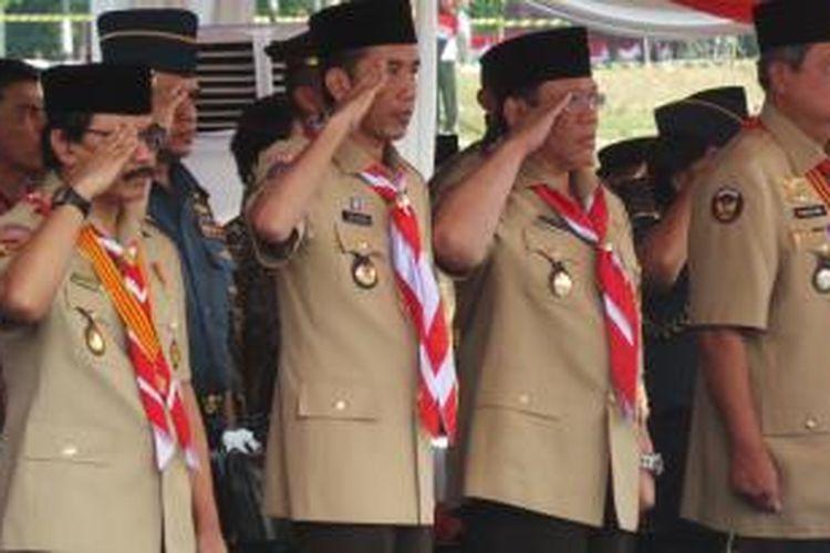 Presiden Susilo Bambang Yudhoyono, Menteri Koordinator Kesejahteraan Rakyat Agung Laksono, Gubernur DKI Jakarta Joko Widodo, dan Ketua Kwarnas Gerakan Pramuka Adhyaksa Dault (kanan-kiri) dalam acara Hari Pramuka ke-53 di Bumi Perkemahan Cibubur, Jakarta, Kamis (14/8/2014).