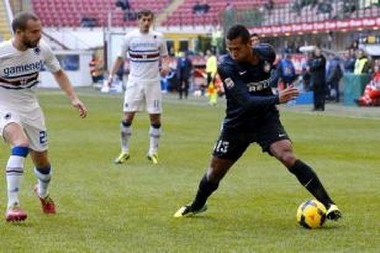 Pemain Inter Fredy Guarin mencoba melewati barisan pertahanan Sampdoria, pada pertandingan Seria-A di Stadion Giuseppe Meazza, Minggu (1/12/2013)