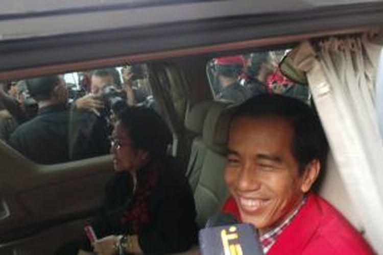 Ketua Umum PDI Perjuangan Megawati Soekarnoputri dan Joko Widodo satu mobil usai penutupan rapat kerja nasional (rakernas) III PDI Perjuangan, Sabtu (8/9/2013).