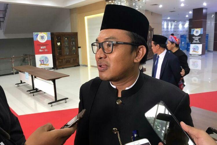 Plt Kepala Dinas Pekerjaan Umum Kota Tangerang Selatan, Haris Kurniawan mengatakan sempat terhentinya proses perbaikan jembatan di Bambu Apus, Ciputat Tangsel karena menunggu keringnya semen dalam pembuatan pondasi.