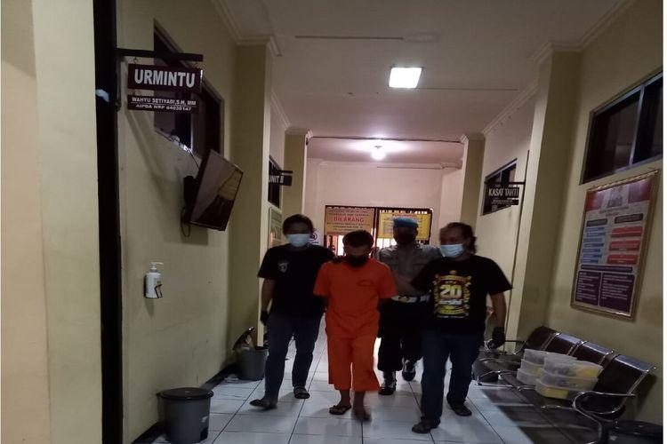 Aparat Polres Magelang, Jawa Tengah, meringkus MTK (36) karena diduga telah menipu seorang kakek bernama Mungger (85) dengan modus diajak mengambil uang bantuan sosial (bansos) dari pemerintah.