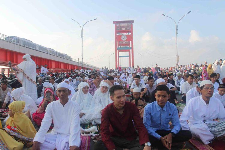Para jemaah shalat Idul Fitri memenuhi jembatan Ampera Palembang, Sumatera Selatan, Rabu (5/6/2019).