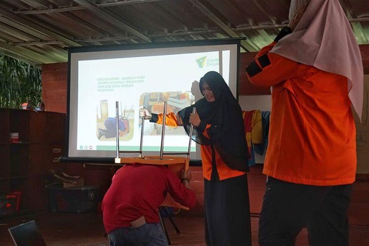Tim Disaster Management Center (DMC) Dompet Dhuafa tengah memberikan materi terkait kesiapsiagaan bencana kepada guru-guru di Sekolah Tanah Tingal, Tangerang Selatan,  beberapa waktu lalu.