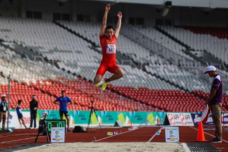 Atlet lompat jauh putra China Zhang Yaoguang melakukan loncatan pada final lompat jauh putra 18th Asian Games Invitation Tournament di Stadion Utama Gelora Bung Karno, Senayan, Jakarta, Senin (12/1/2018).