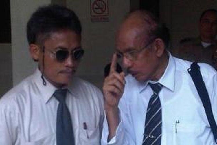 Pollycarpus (kiri) bersama kuasa hukumnya M Assegaf (kanan) ketika mendatangi PN Jakarta Pusat untuk mengajukan PK terkait kasus pembunuhan aktivis HAM Munir, Selasa (7/6/2011)