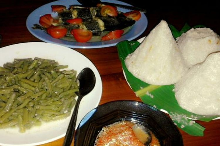 Kasuami gunung bersama ikan bakar dan sambal colo-colo merupakan kuliner khas Buton, Sulawesi Tenggara.