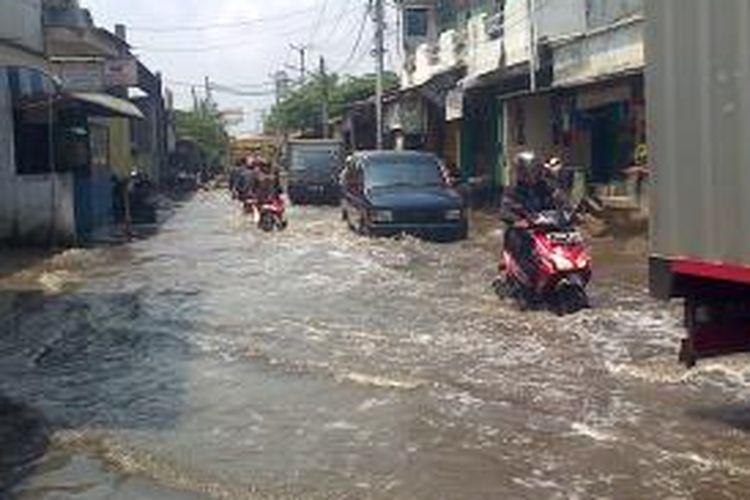 Jalan Pospol, Kapuk, Jakarta Barat masih digenangi banjir dengan ketinggian air 50 sentimeter, Selasa (17/2/2015).