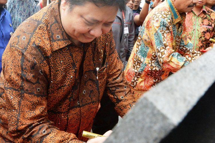 Menteri Perindustrian RI Airlangga Hartato meresmikan pabrik sarung tangan keenam milik PT Medisafe Tencnology  di Kabupaten Deliserdang, Sumatera Utara, Kamis (23/2/2017)