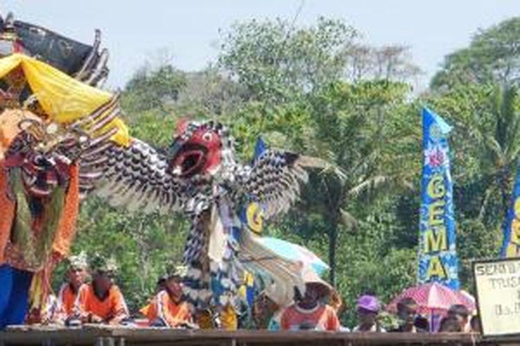 Festival Barong Prejeng Etnik Banyuwangi yang digelar di tengah sawah, Minggu (26/10/2014).