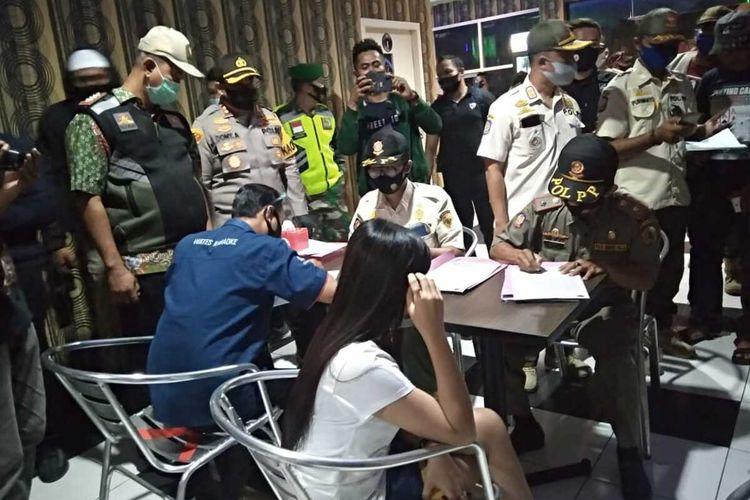 Dokumentasi operasi yustisi yang digelar petugas gabungan di salah satu tempat karaoke, di wilayah Mojosari, Kabupaten Mojokerto, Jawa Timur, Selasa (15/9/2020) malam.