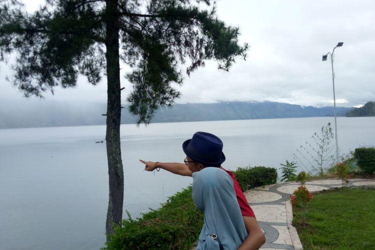 Wisatawan berfoto di Danau Laut Tawar, Hotel Grand Renggali, Kabupaten Aceh Tengah