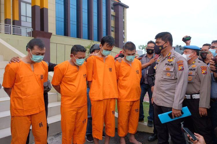 Empat orang pelaku perampokan ditangkap tim gabungan Jatanras Direktorat Reserse Kriminal Umum (Ditreskrimum) Polda Riau dan Satuan Reserse Kriminal (Satreskrim) Polres Rokan Hulu (Rohul)
