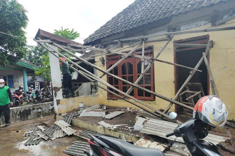Warga membersihkan material lumpur akibat banjir bandang di wilayah Pasuruan, Jatim.
