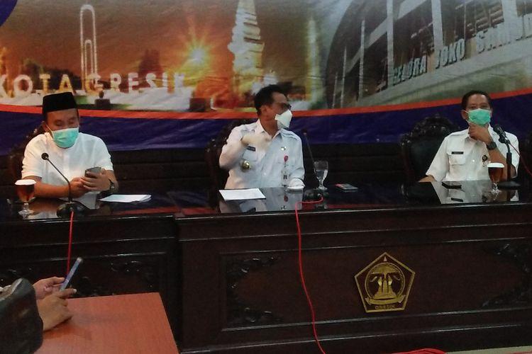 Wakil Bupati Gresik Mohammad Qosim (tengah), bersama Satuan Tugas Gugus Pencegahan Penyebaran Covid-19 Kabupaten Gresik saat memberikan keterangan kepada awak media.