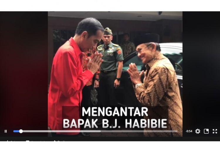 Presiden Joko Widodo ketika mengantar Presiden ketiga RI BJ Habibie.