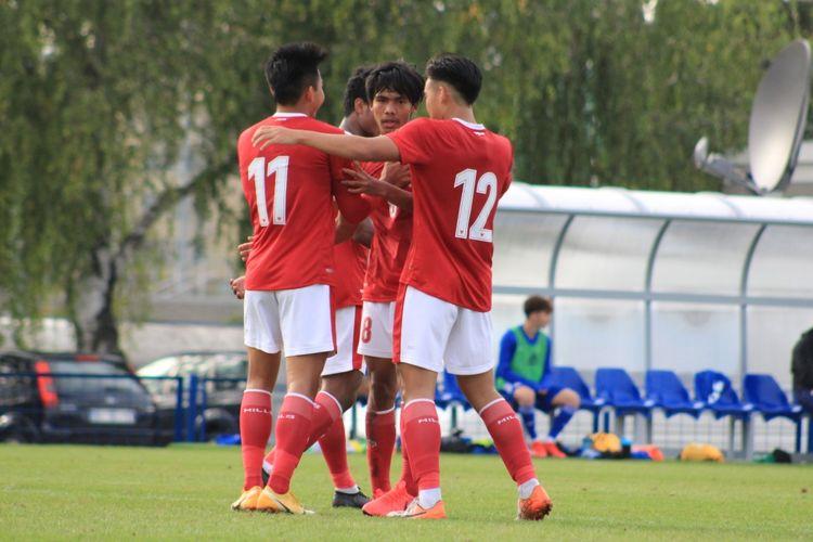 Winger timnas U19 Indonesia (kiri) Witan Sulaeman merayakan golnya ke gawang Dinamo Zagreb pada laga uji coba di komplek Stadion Stadion Maksimir, Senin (28/9/2020).