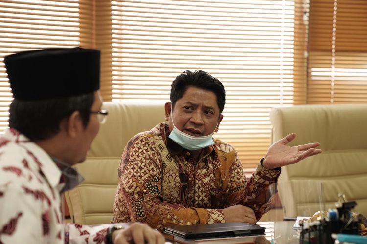 Diretur Jendral Pendidikan Islam Muhammad Ali Ramdhani (kanan) saat membahas rekomendasi santri untuk kuliah di Universitas Al-Azhar pada Rabu (2/9/2020) di Jakarta.