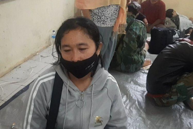 Deti berharap adik dan ketiga keponakannya segera ditemukan tim SAR dalam kondisi apapun, pasca longsor susulan di Sumedang.