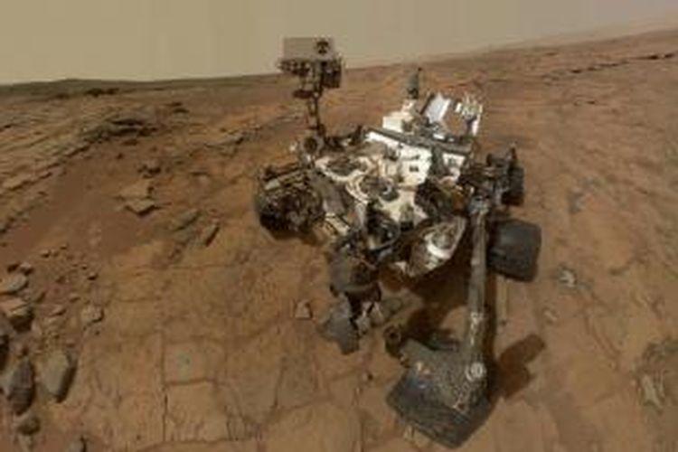 Potret diri robot Curiosity milik NASA, di singkapan datar yang disebut 'John Klein' situs untuk kegiatan pengeboran batu di Planet Mars, 3 februari 2013. Foto direkam kamera Mars Hand Lens Imager yang terpasang di lengan robot.