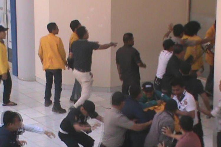 Kericuhan pecah saat demo mahasiswa unsri menuntut uang kuliah tunggal (UKT) diturunkan
